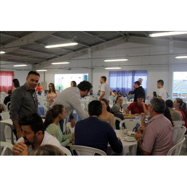 O CAFÉ COLONIAL servido pela Lanchonete Mirim durante a 9ª DOCE FESTA repetiu o sucesso das edições anteriores, sendo muito procurado pelo publico presente no Evento. Embora em 2019 o Sandro e a Nena tenham optado por abrir o CAFÉ COLONIAL apenas 02 dias (sábado e domingo) impressionou pelo grande número de pessoas que passaram pelo local, ficando evidenciado mais uma vez a DOCE FESTA e o TRADICIONAL CAFÉ COLONIAL precisam caminhar juntos.