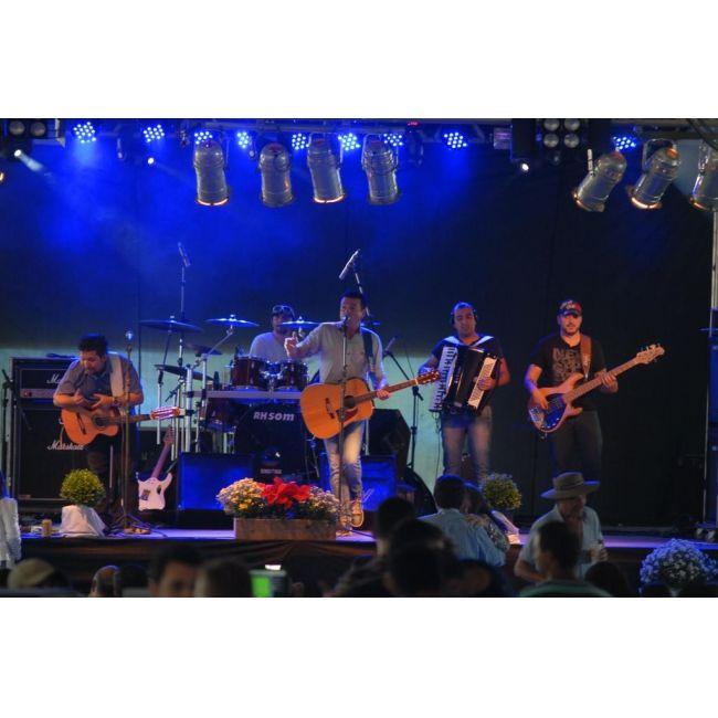 """Uma das atrações regionais que chamou a atenção do publico presente na 8ª Doce Festa foi o Show da Dupla """"CAIO CESAR e TABONI"""" do município de Brusque. Durante o show que aconteceu no Pavilhão Central da Festa a dupla apresentou grandes sucessos de vários artistas musicais brasileiros."""